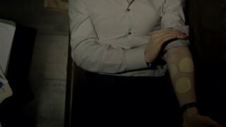 니코틴 중독인 셜록은 생각에 잠길 때면 니코틴 패치를 다량 붙인다. - BBC